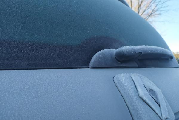 como tirar o gelo do vidro do carro